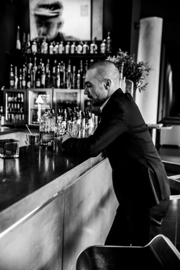 Mann an der Bar Portrait in S/W