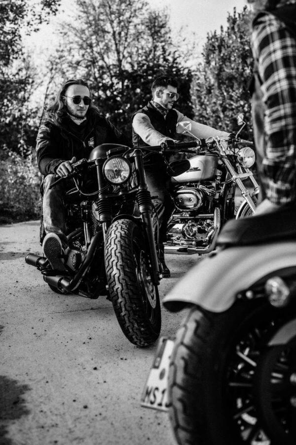 sw Männer auf Motorrädern, lovestora