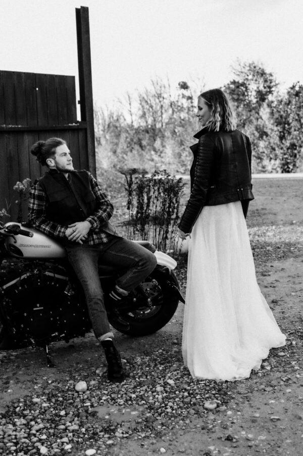 Lovestory, Pärchen sw auf dem Motorrad