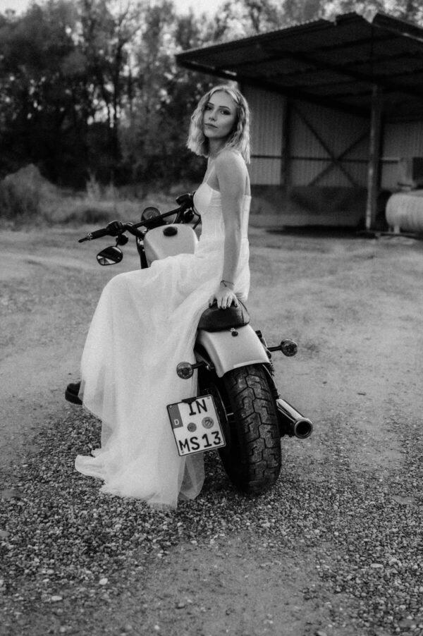 Lovestory, Braut auf Motorrad sw