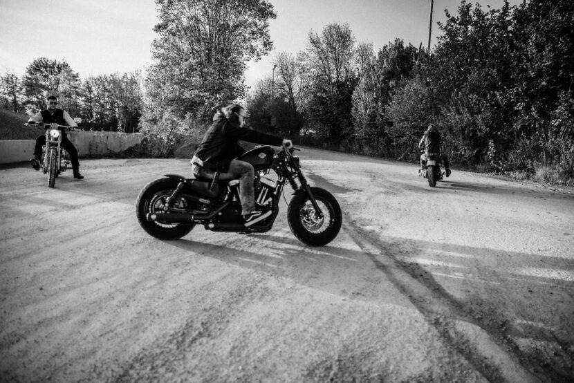 Mann auf Motorrad, Porträt sw