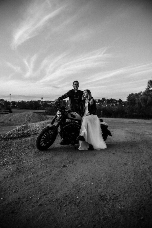 Lovestory, Brautpaar sw auf Motorrad