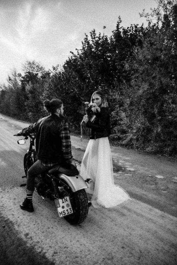 Lovestory, Brautpaar sw, Blumen