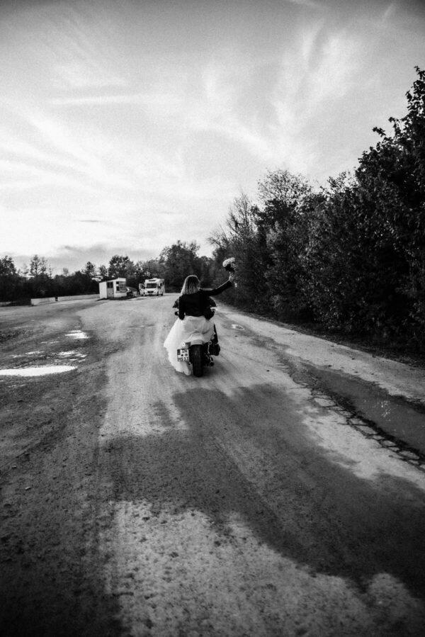 Lovestory, Brautpaar auf Motorrad Strauss werfen, sw