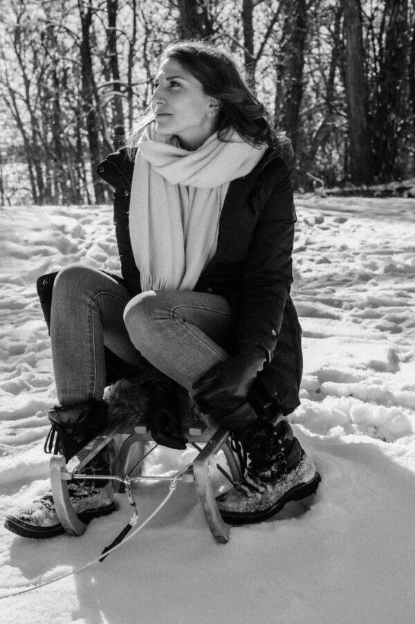 Schönes Mädchen im Schnee sw