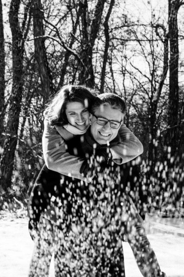 lachendes Pärchen im Schnee in schwarz weiss