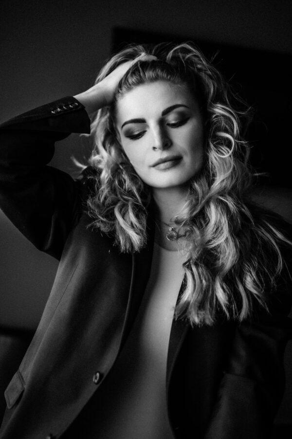 Frauenportrait mit geschlossenen Augen