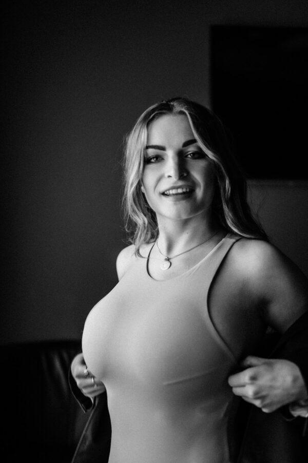 Lachende Frau in schwarz weiss