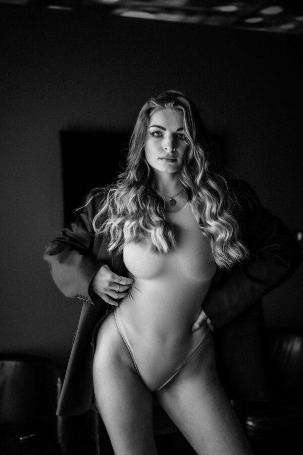 sexy Frau in schwarz weiss