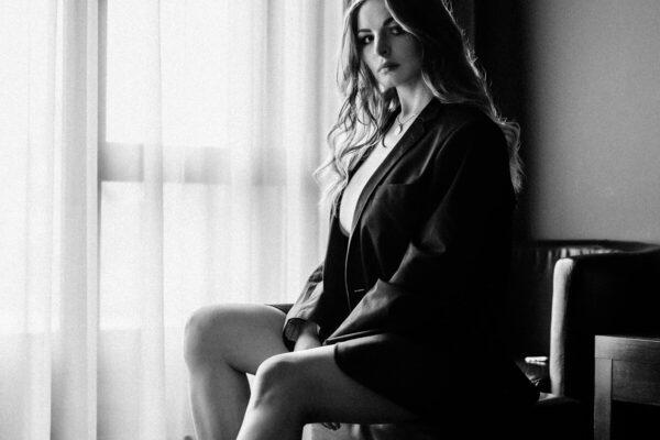Portrait schöne Frau in schwarz weiss