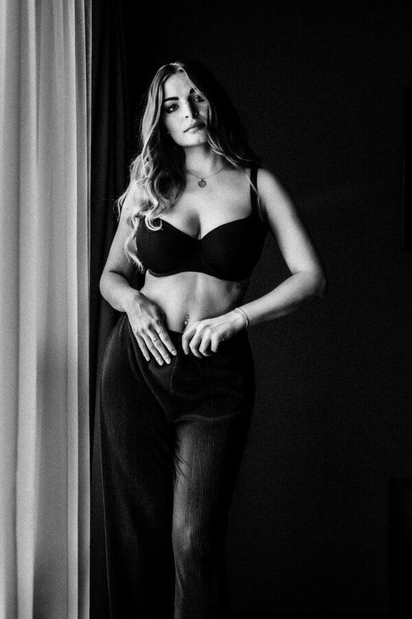 schöne Frau in schwarz weiss