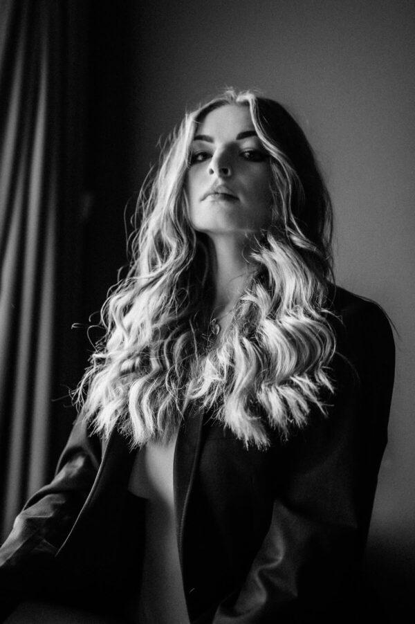 Frauenportrait lange Haare in schwarz weiss