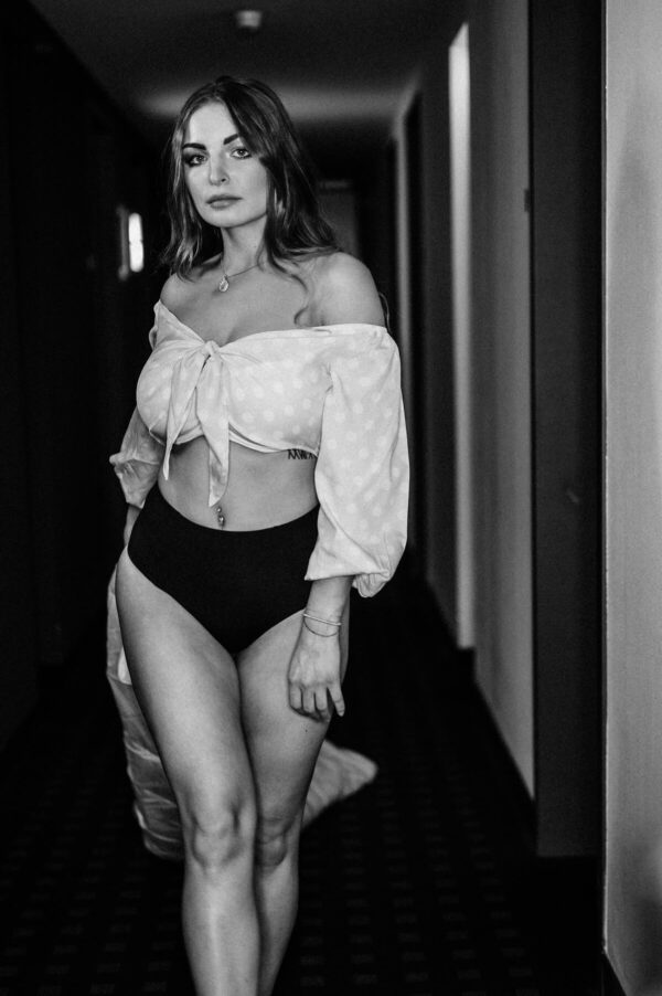 sexy Frau mit Decke auf dem Gang schwarz weiss