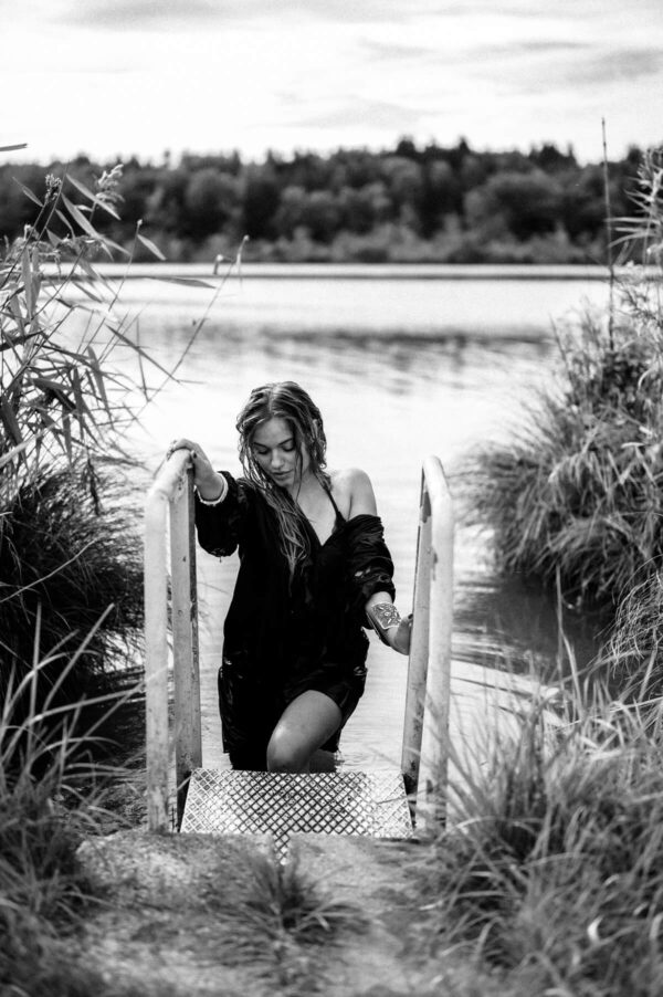 Frau steigt aus dem Wasser
