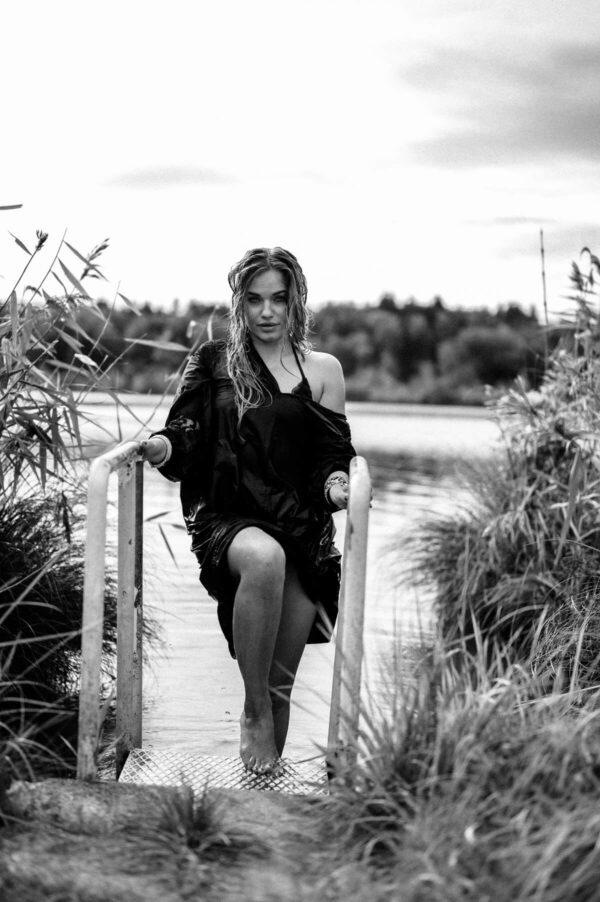 schöne Frau steigt aus dem See