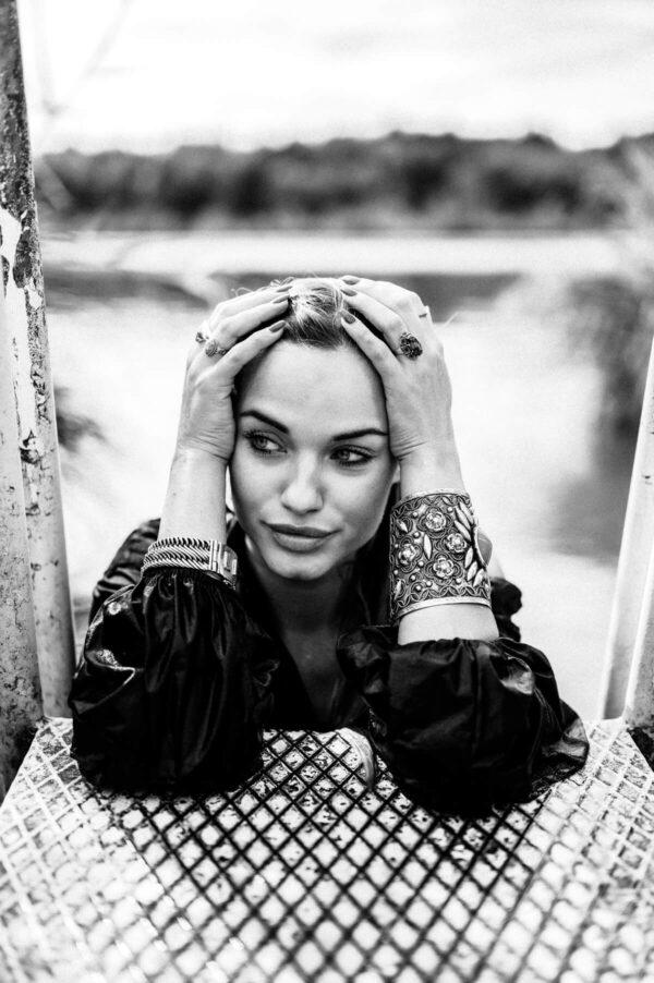 Porträt schöner Frau am See