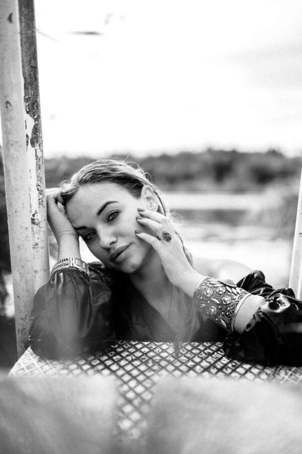 Porträt schöner Frau im See