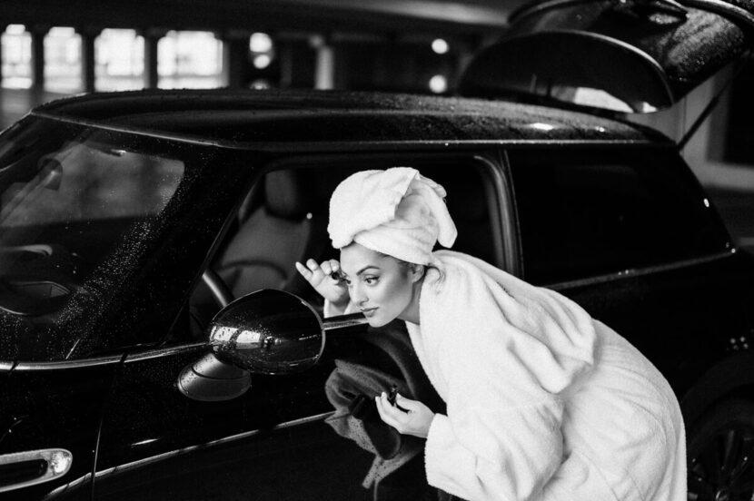 schminken am Autospiegel