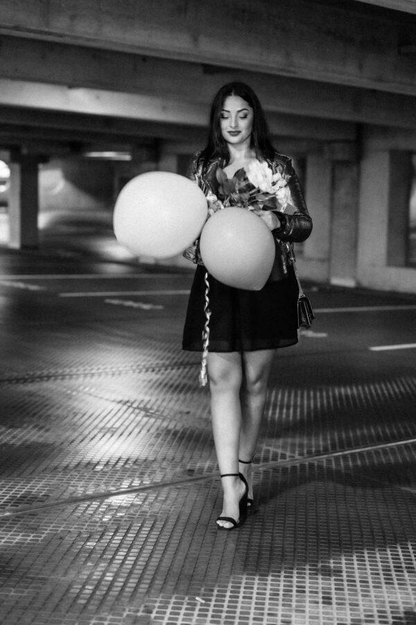 Birthday girl mit Geschenken und Luftballons
