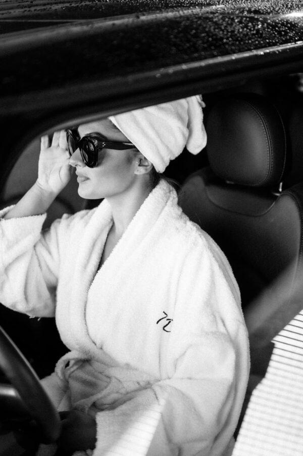 morning routine mit Bademantel im auto