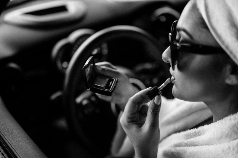 schminken im auto in schwarz weiss