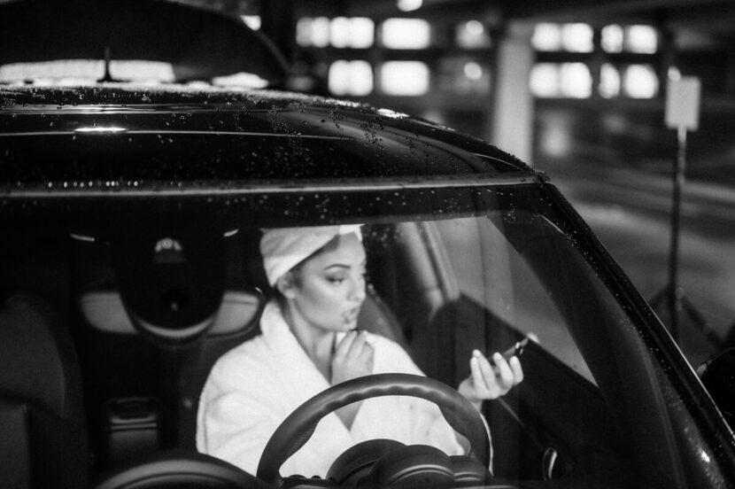 Lippenstift auftragen im Auto in schwarz weiss