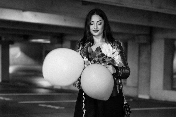 birthday girl mit Luftballons