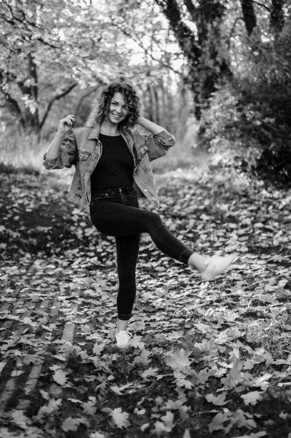 Frau mit locken und Herbstblätter