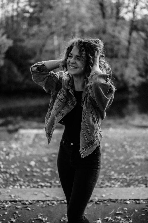 Mädchen beim lachen in schwarz weiss