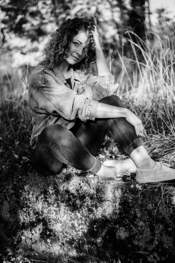 schöne Frau mit locken im Gras