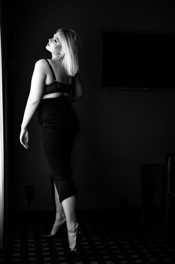 Frau mit bh und rock in schwarz weiss