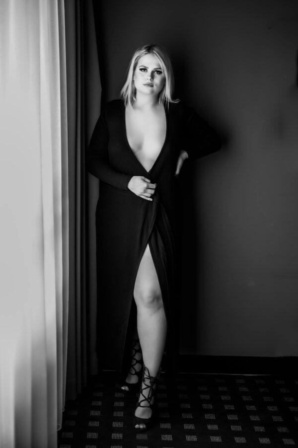 sexy kurvige Frau in schwarz weiss