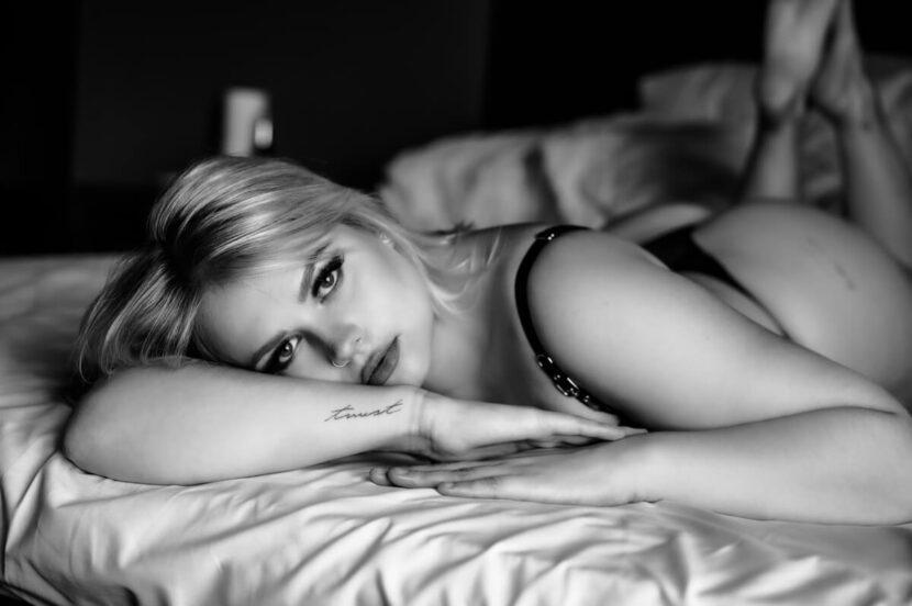 schöne kurvige Frau in unterwasche im Bett