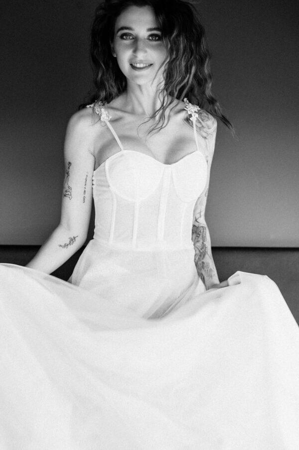 Braut am Springen in schwarz weiss
