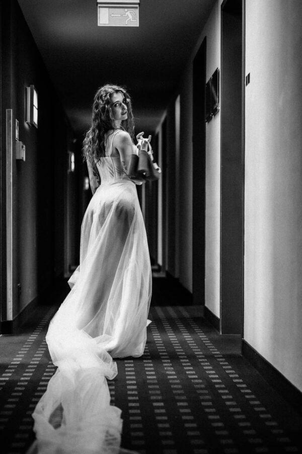 Braut mit Brautschuhen schwarz weiss
