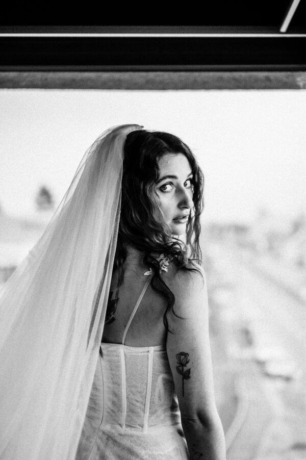 Braut am Fenster in schwarz weiss
