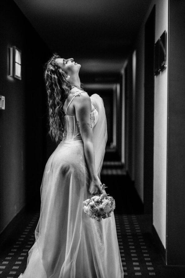 Braut mit Brautstrauß in schwarz weiss