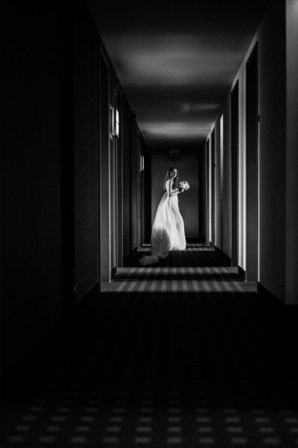 Braut mit Schleier im Hotel schwarz weiss