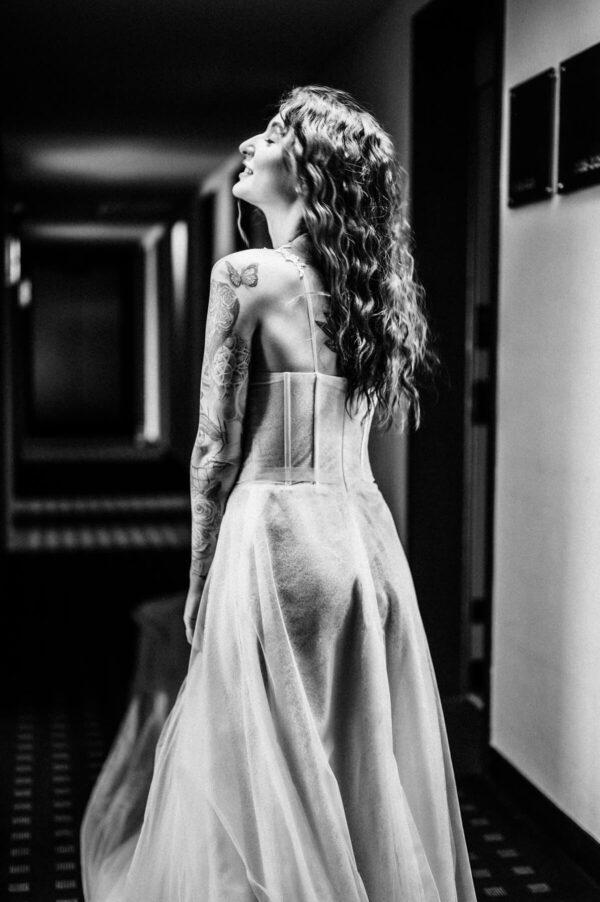 sexy Braut mit Tattoo in schwarz weiss