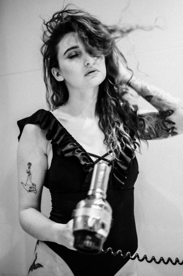 Frau mit Fön im Badezimmer schwarz weiss
