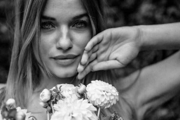 Frauenportrait mit Blumen in schwarz weiss