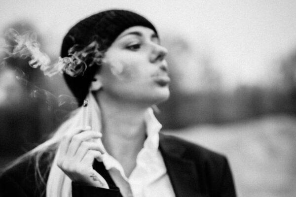 Frau beim Rauchen schwarz weiss