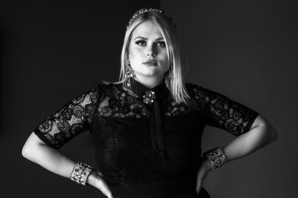 portrait schöne Frau mit schmuck in schwarz weiss
